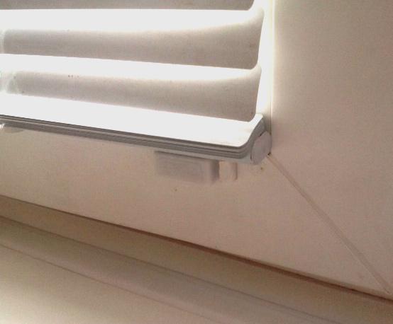 Горизонтальные жалюзи 25 мм без сверления рамы на пластиковые окна с фиксаторами нижнего карниза