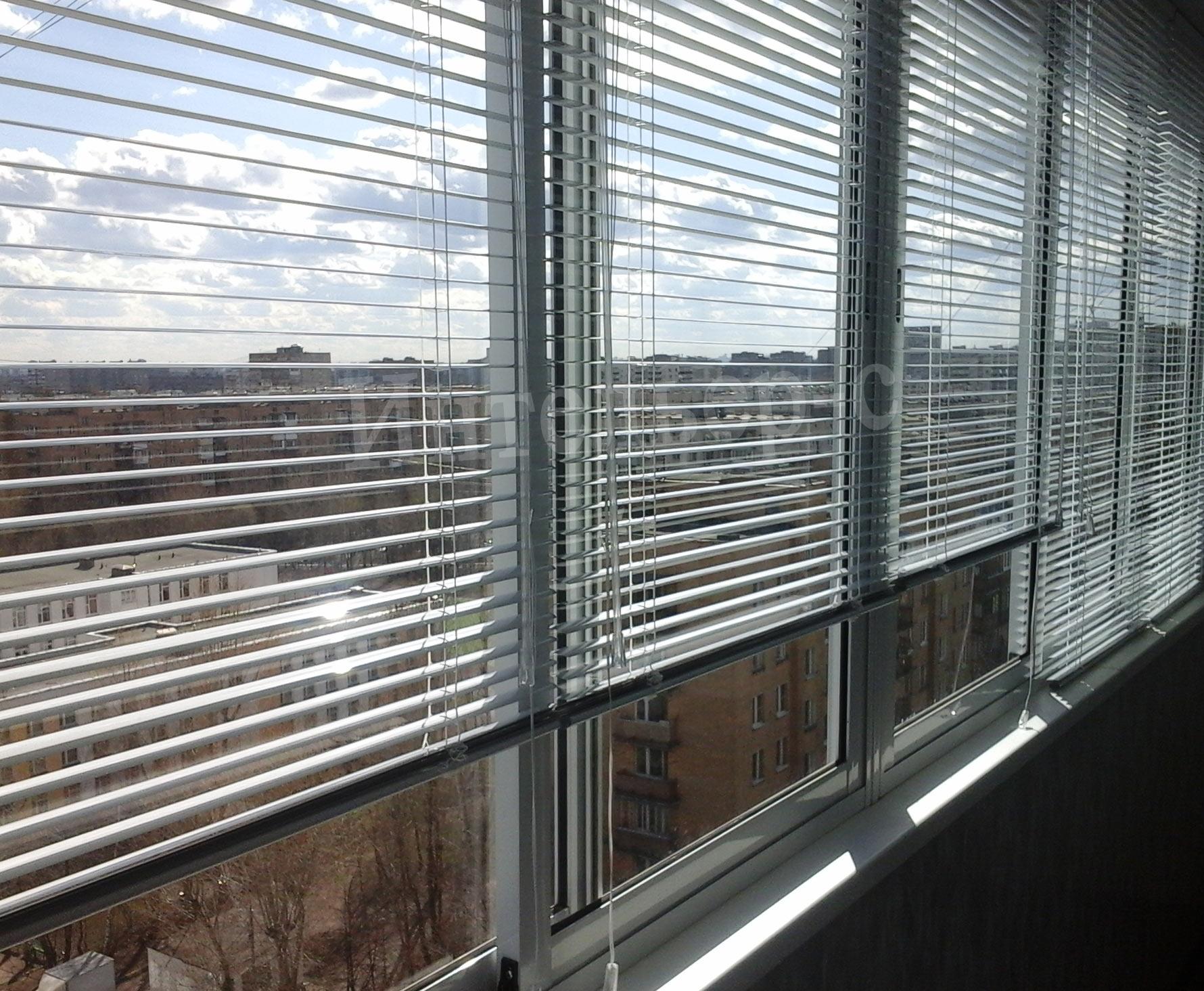 Жалюзи на балкон с купейными (раздвижными) рамами и москитны.